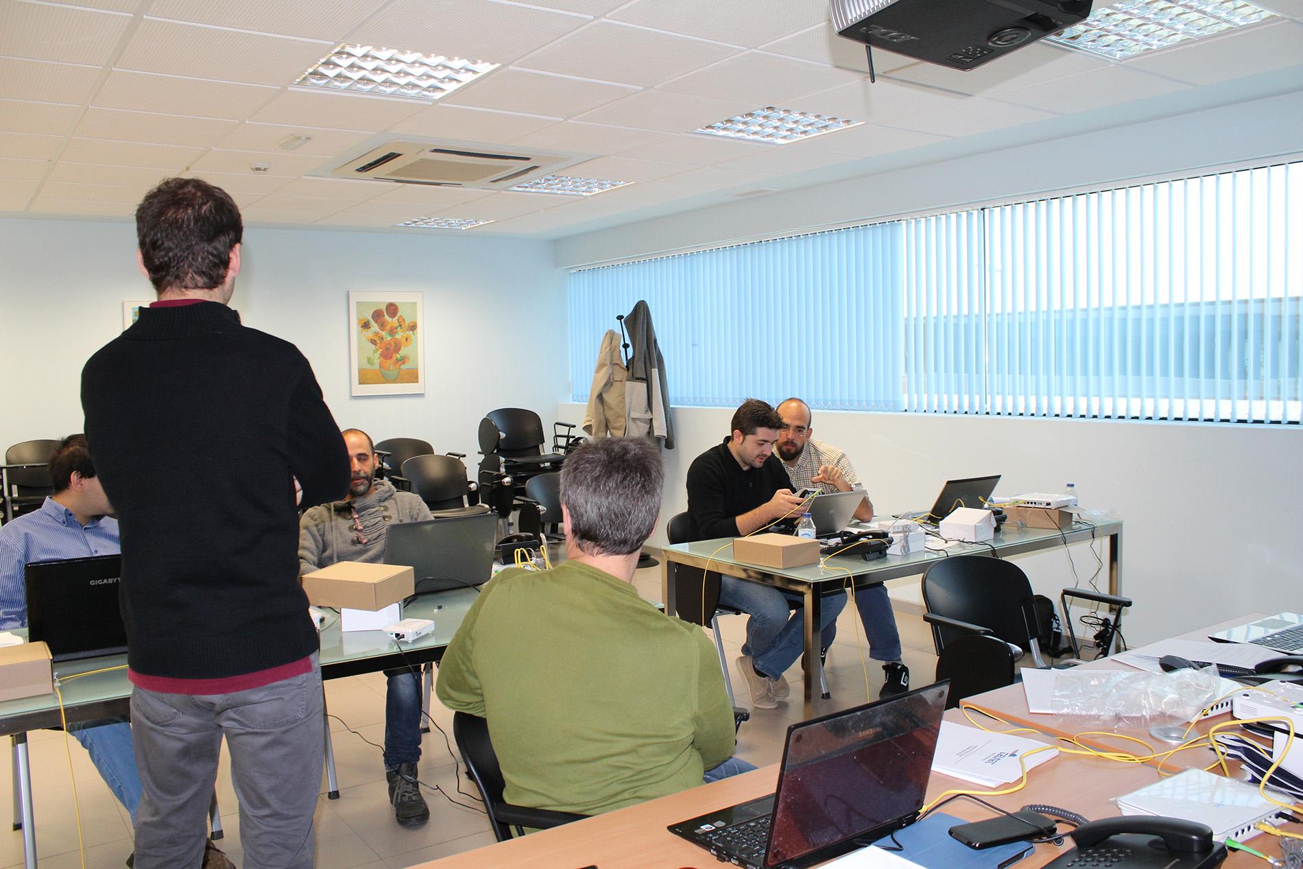 Alumnos del curso realizando las prácticas con equipos GPON TELNET