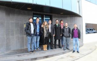 Alumnos de ciencias Físicas en las puertas del edificio corporativo de TELNET