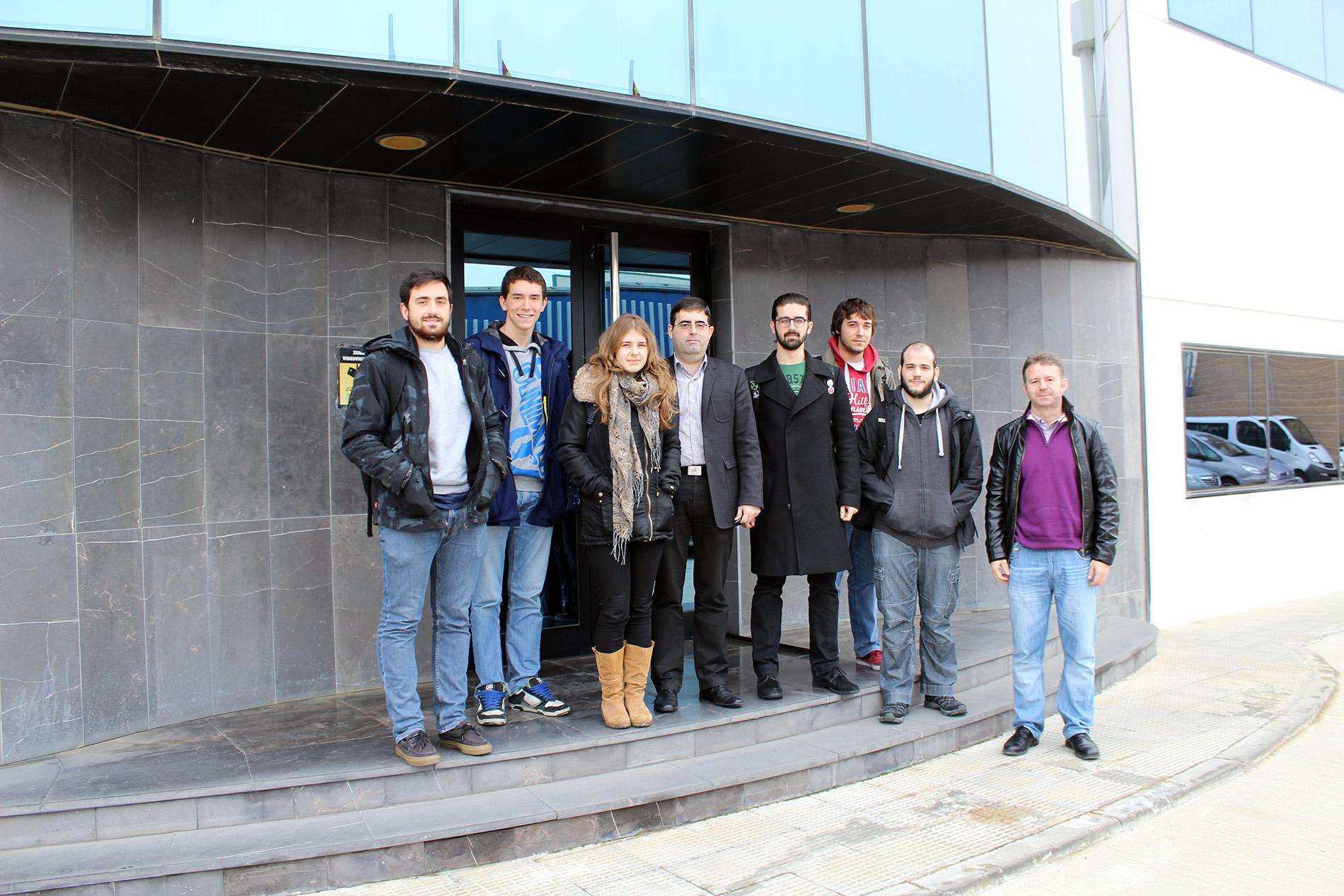 Alumnos de ciencias Físicas junto con el director de I+D+i (en el centro)en las puertas del edificio corporativo de TELNET